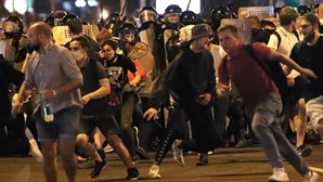 Um morto e dezenas de manifestantes feridos em violentos controntos com a polícia na Bieolorrússia