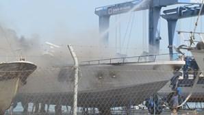 Incêndio consume embarcação em doca seca em Vila Real de Santo António