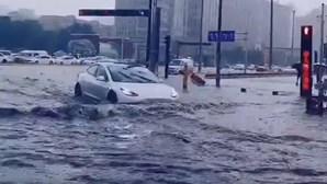 Tesla Model 3 sem medo em ruas alagadas de Xangai