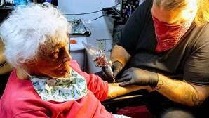 Mulher de 103 faz a primeira tatuagem e vai andar de mota a seguir para cumprir lista de desejos