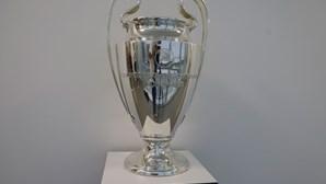 Taça da Liga dos Campeões já está pronta para ser erguida pelo vencedor da prova