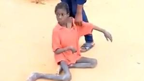Menino de 10 anos entregue à morte. Viveu durante dois anos com animais e restos de ração