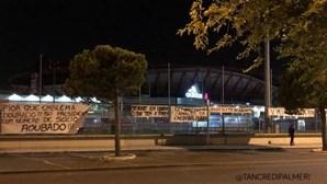 """""""O que tem a temer?"""": Tarjas de contestação a Vieira colocadas nas imediações do Estádio da Luz"""