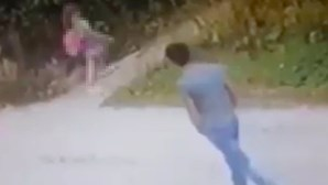 Polícia procura predador sexual pedófilo filmado a perseguir menina e a arrastá-la para zona de mato