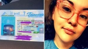 Condutora recebe carta de condução com fotografia de cadeira vazia