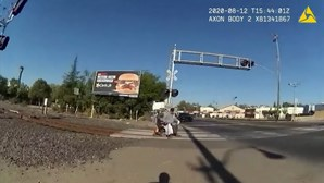 Polícia salva homem em cadeira de rodas preso na linha do comboio