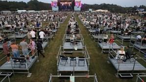 Primeiro concerto com distanciamento social aconteceu no Reino Unido. Veja as imagens