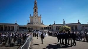Dezenas de milhares despedem-se da figura de Nossa Senhora em Fátima