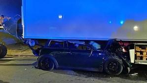 Carro colide contra galera de veículo pesado e faz um ferido em Reguengos de Monsaraz
