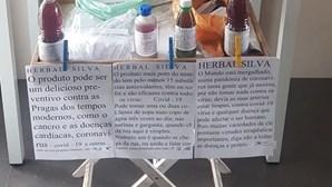 Homem vende sumos na feira como cura para o coronavírus