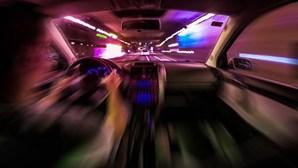 Foge à PSP em contramão e excesso de velocidade com seis pessoas no carro