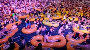 Festa junta milhares de pessoas sem máscara nem distanciamento em Wuhan