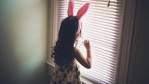 Veste filha de nove anos com roupa da Playboy e deixa homens violarem a menor a troco de dinheiro