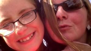 Mãe deixa filha a morrer em casa e vai para discoteca apesar de jovem lhe implorar por ajuda