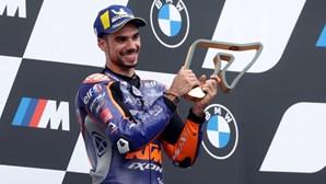 As imagens da dupla ultrapassagem que sagrou Miguel Oliveira campeão do MotoGP