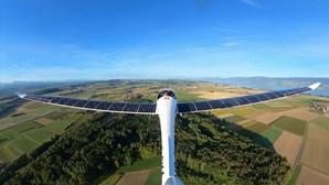 Salto de avião movido a energia solar? Sim, aconteceu. Veja as imagens
