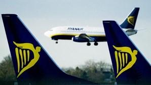 Avião da Ryanair obrigado a aterrar de emergência em Lisboa devido a passageiro que causou distúrbios