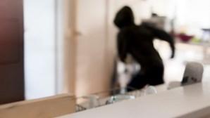 Ladrões usam pistolas para realizar dois assaltos em menos de três horas na Grande Lisboa