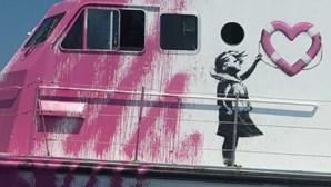 Navio humanitário de Banksy pede ajuda no Mediterrâneo. Estão 130 migrantes e um morto a bordo
