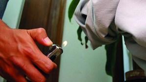 Jovem incendeia casa dos pais por droga