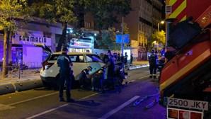 Táxi despista-se contra esplanada de bar em Madrid e mata mulher. Há sete feridos
