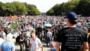 Polícia alemã dispersa protesto em Berlim contra restrições para conter a pandemia da Covid-19