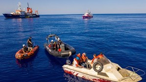 Guarda costeira italiana ajuda navio humanitário de Bansky e resgata 49 migrantes