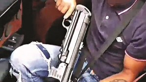 Jovem filmado a exibir réplica de metralhadora entrega-seà GNR
