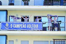 Adeptos portistas numa  varanda próxima do estádio