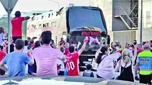 Adeptos do Benfica apoiaram a equipa quando esta se dirigiu para o Estádio Cidade de Coimbra