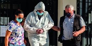 Carlos Velez (ao centro) saiu ontem do Tribunal de Grândola para a cadeia de Lisboa. Vestia um fato de proteção por não haver resultado do seu teste à Covid-19