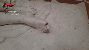 Autoridades divulgaram imagens do momento em que o turista danifica estátua