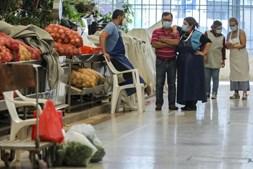Comerciantes do Mercado da Ribeira em Lisboa enfrentam dificuldades devido à falta de clientes