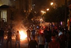 Libaneses saem à rua em Beirute para protestar contra o regime, dois dias após explosões