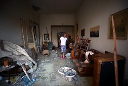 Michel Assad e Pepsi no interior da casa destruída pelas explosões