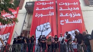 Polícia dispersa manifestantes com gás lacrimogéneo em Beirute. Protestos atingiram edifícios do Governo