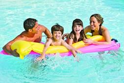 Natação é agradável no mar e na piscina