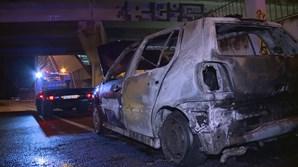 Chamas consomem carro à saída da Ponte 25 de Abril no sentido Almada-Lisboa em Campolide