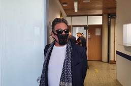 John McAfee à chegada ao aeroporto com cuecas de mulher na face