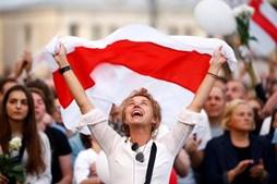 Rosas, balões e tensão: População perdeu o medo numa Bielorrússia marcada pela repressão
