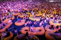 Piscina e insufláveis: Festa junta milhares de pessoas sem máscara nem distanciamento em Wuhan