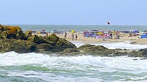 Mulher estava nas rochas, entre as praias do Marreco e da Quebrada, sendo que ambas tinham bandeira vermelha hasteada