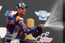 As imagens de emoção e felicidade de Miguel Oliveira na primeira vitória de sempre no MotoGP