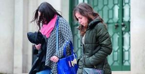 Alexandra Gomes (à direita), hoje com 35 anos, foi apanhada depois de precisar de assistência médica no pós-parto. Acabou detida, em setembro de 2012