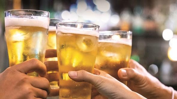O álcool é inimigo da balança. Saiba como combater os excessos do verão