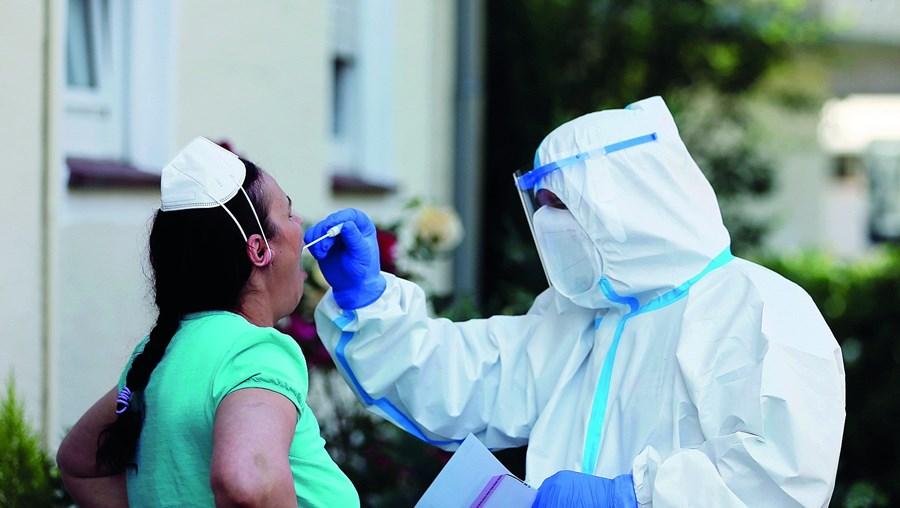 Médicos temem que norma que limita a realização de testes de despistagem de Covid-19 origine mais casos