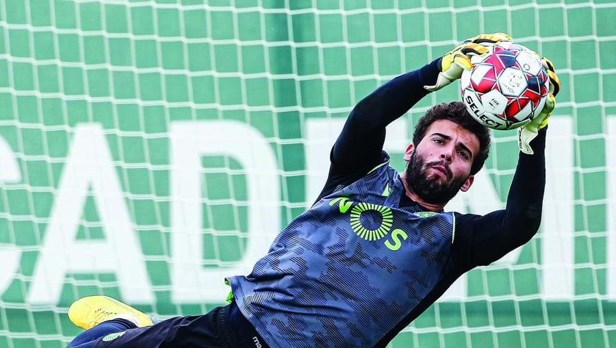 Maximiano, de 21 anos, afastou da baliza sportinguista o brasileiro Renan e nunca mais perdeu a titularidade