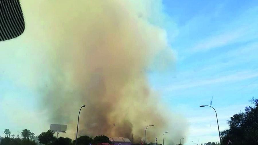 Chamas chegaram a ameaçar casas junto a urbanização em Ayamonte e a coluna de fumo era bem visível no Algarve