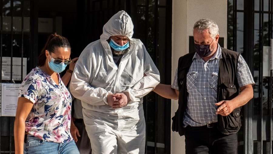 Carlos Rosa (ao centro) a ser encaminhado do Tribunal de Grândola para a cadeia de Lisboa. Usou um fato especial por não haver resultado do teste à Covid-19