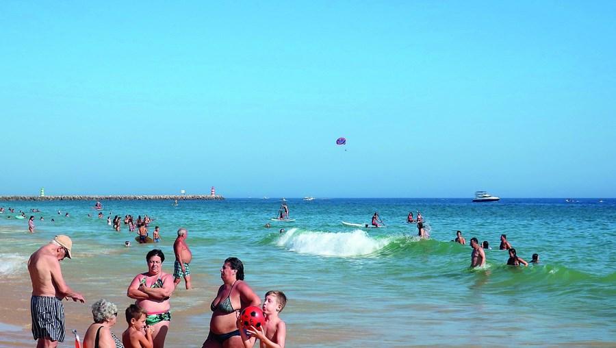 Banhistas na praia da Rocha Baixinha, em Albufeira. Tempo quente vai continuar nos próximos dias